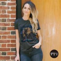 摩達客(預購)美國The Mountain都會系列 黑野狼 圓領藝術修身女版短袖T恤   個性時尚  輕透柔軟舒適高級混紡