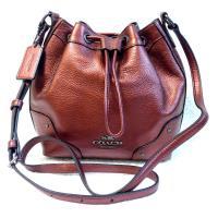 COACH紅金屬光皮革肩斜背束口水桶包(小)