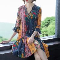 【REKO】輕盈優雅V領美麗花卉印花洋裝M-2XL