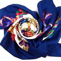 HERMES 寶藍色底禮物徽章緞帶印花90公分絲質大披肩絲巾(展示品)
