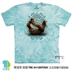 摩達客(預購)美國進口The Mountain 樹懶滑行綠底 純棉環保藝術中性短袖T恤-4XL-5XL