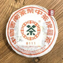 [茶韻普洱茶專賣店]中華老字號2006年中茶8111大藍印鐵餅380g生茶茶葉(附茶樣10g.專用收藏盒.實木帶蓋茶針x1)