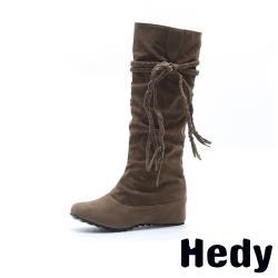 【Hedy】騎士風編織流蘇綁帶內增高圓頭時尚長靴 卡其