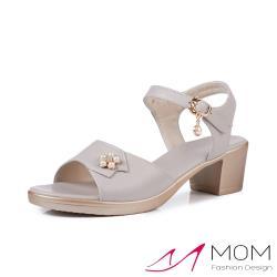 【MOM】真皮細緻牛皮氣質珍珠花朵魚口露趾粗跟涼鞋 灰