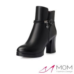 【MOM】真皮質感牛皮線繩方晶釦飾高跟短靴 黑