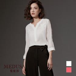 現貨【MEDUSA】小V領立體蕾絲花壓紋上衣 - 2色 / 上班穿搭 / 雪紡襯衫