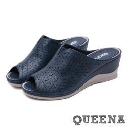 【QUEENA】復古縷空刻花魚口露趾舒適坡跟厚底拖鞋 藏青